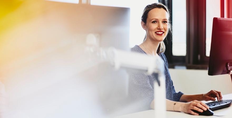 Mujer trabajando. Competencias éxito profesional